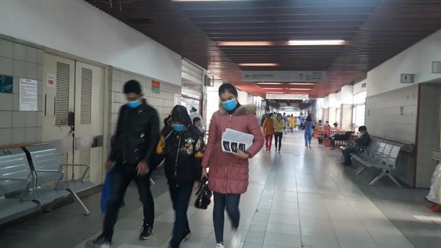 Người dân Thủ đô đồng loạt đeo khẩu trang tại bệnh viện, bến xe, siêu thị ảnh 3