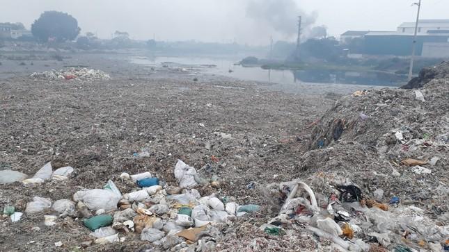 Cảnh dòng sông Ngũ Huyện Khê ô nhiễm như bãi sình lầy đổ ra sông Cầu ảnh 11