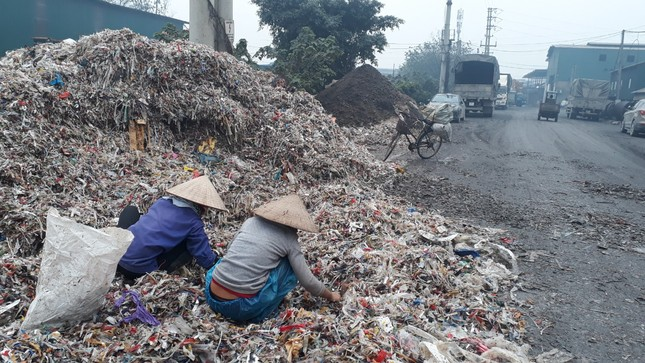 Cảnh dòng sông Ngũ Huyện Khê ô nhiễm như bãi sình lầy đổ ra sông Cầu ảnh 6