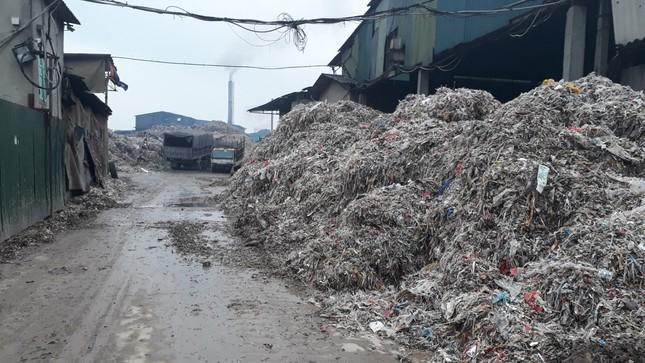 Cảnh dòng sông Ngũ Huyện Khê ô nhiễm như bãi sình lầy đổ ra sông Cầu ảnh 7