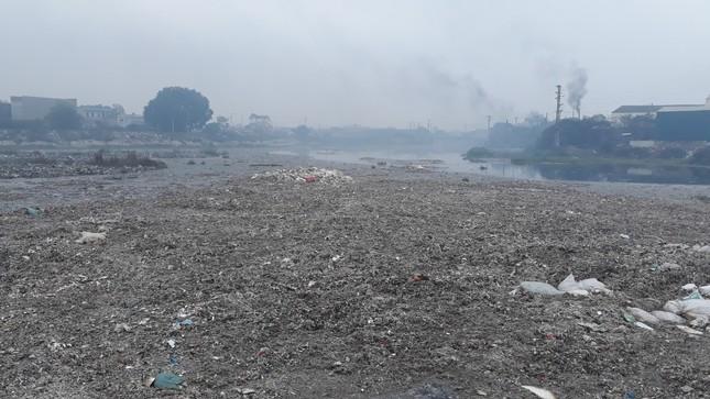 Cảnh dòng sông Ngũ Huyện Khê ô nhiễm như bãi sình lầy đổ ra sông Cầu ảnh 12