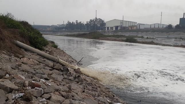 Cảnh dòng sông Ngũ Huyện Khê ô nhiễm như bãi sình lầy đổ ra sông Cầu ảnh 2
