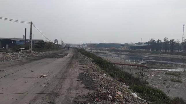 Cảnh dòng sông Ngũ Huyện Khê ô nhiễm như bãi sình lầy đổ ra sông Cầu ảnh 3