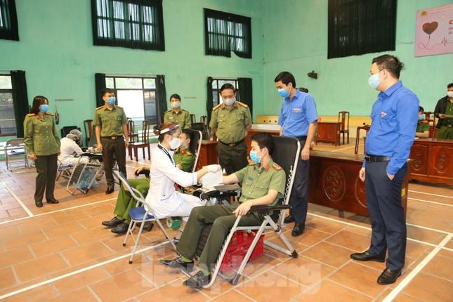 Hơn 200 chiến sĩ Công an tỉnh Bắc Ninh hưởng ướng lời kêu gọi hiến máu cứu người ảnh 4