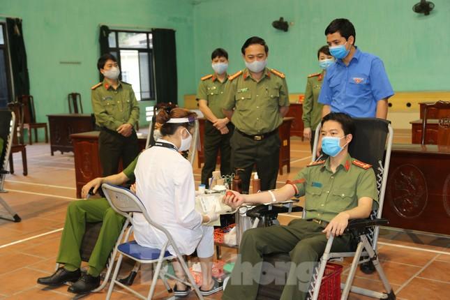 Hơn 200 chiến sĩ Công an tỉnh Bắc Ninh hưởng ướng lời kêu gọi hiến máu cứu người ảnh 1