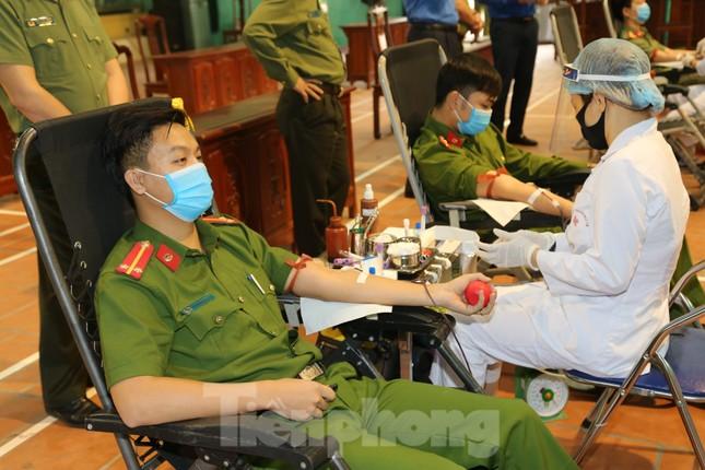 Hơn 200 chiến sĩ Công an tỉnh Bắc Ninh hưởng ướng lời kêu gọi hiến máu cứu người ảnh 2