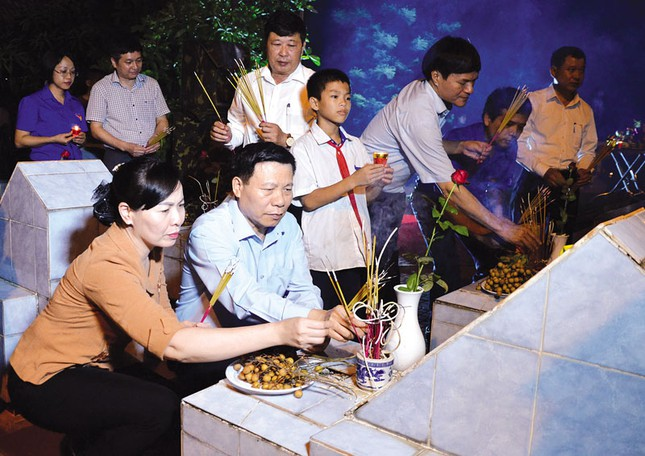 Hơn 1.000 đoàn viên, thanh niên Nha Trang thắp nến tri ân các anh hùng liệt sĩ ảnh 6