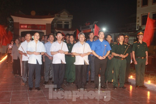 Hơn 1.000 đoàn viên, thanh niên Nha Trang thắp nến tri ân các anh hùng liệt sĩ ảnh 8
