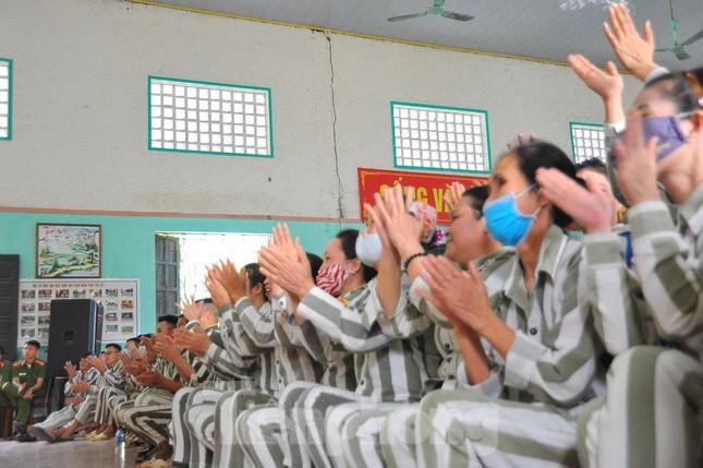 Phạm nhân nức nở với chương trình văn nghệ 'Tiếng hát tình đời' ảnh 2