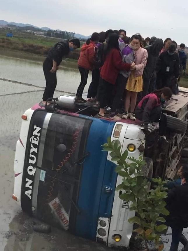 Bắc Giang: Xe chở hàng chục công nhân lao xuống ruộng ảnh 1