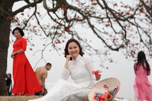 Dòng người tấp nập đổ về chiêm ngưỡng cây gạo cổ thụ ở Bắc Giang ảnh 2