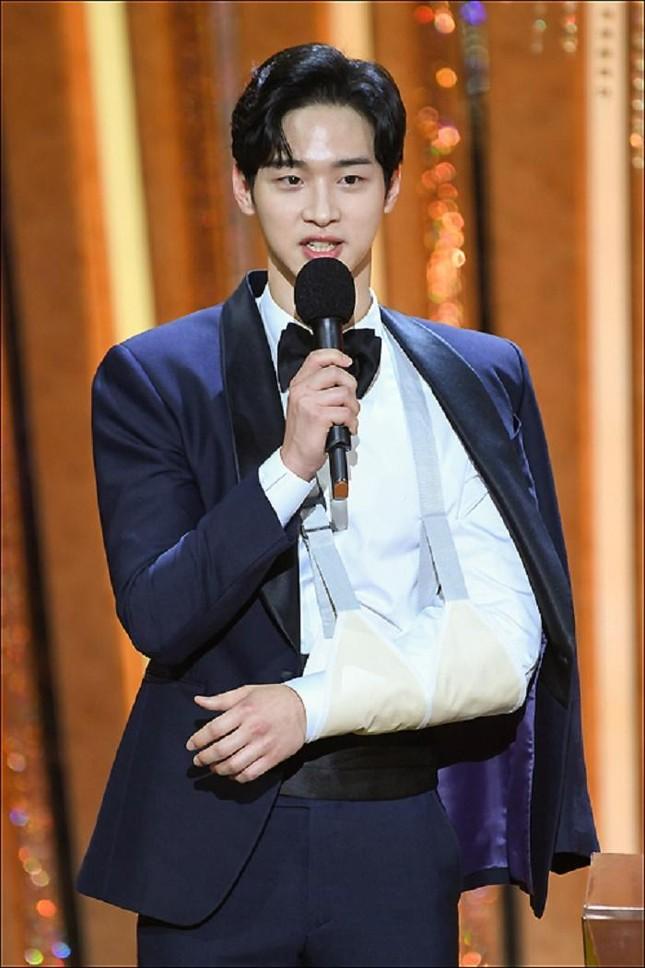 """Diễn tới gãy tay, Jang Dong Yoon vẫn gửi lời xin lỗi vì đã đóng """"Joseon Exorcist"""" ảnh 3"""