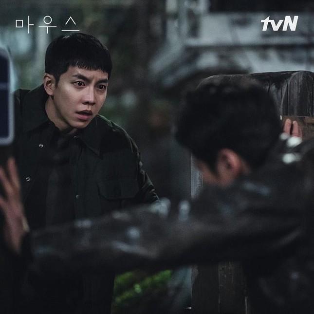 """Chưa từng thấy: """"Mouse"""" của Lee Seung Gi đổi poster mới, câu chuyện sẽ đảo ngược toàn bộ ảnh 1"""