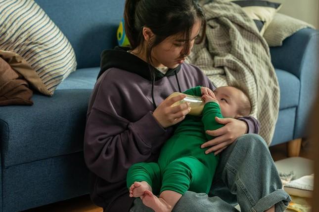 """Kim Hyang Gi của """"Thử thách thần chết"""" sắm vai cô bảo mẫu lắm chuyện trong phim """"Đứa Bé"""" ảnh 2"""
