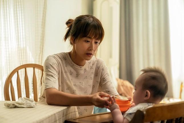 """Kim Hyang Gi của """"Thử thách thần chết"""" sắm vai cô bảo mẫu lắm chuyện trong phim """"Đứa Bé"""" ảnh 1"""