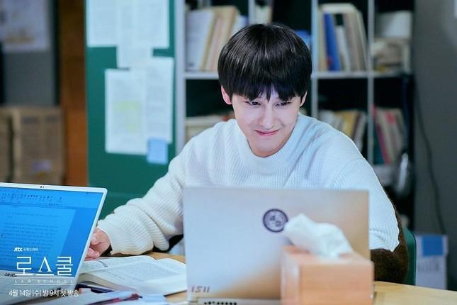 """3 lý do khiến """"Law School"""" của trai đẹp Kim Bum lọt Top 10 Netflix Việt Nam ảnh 2"""