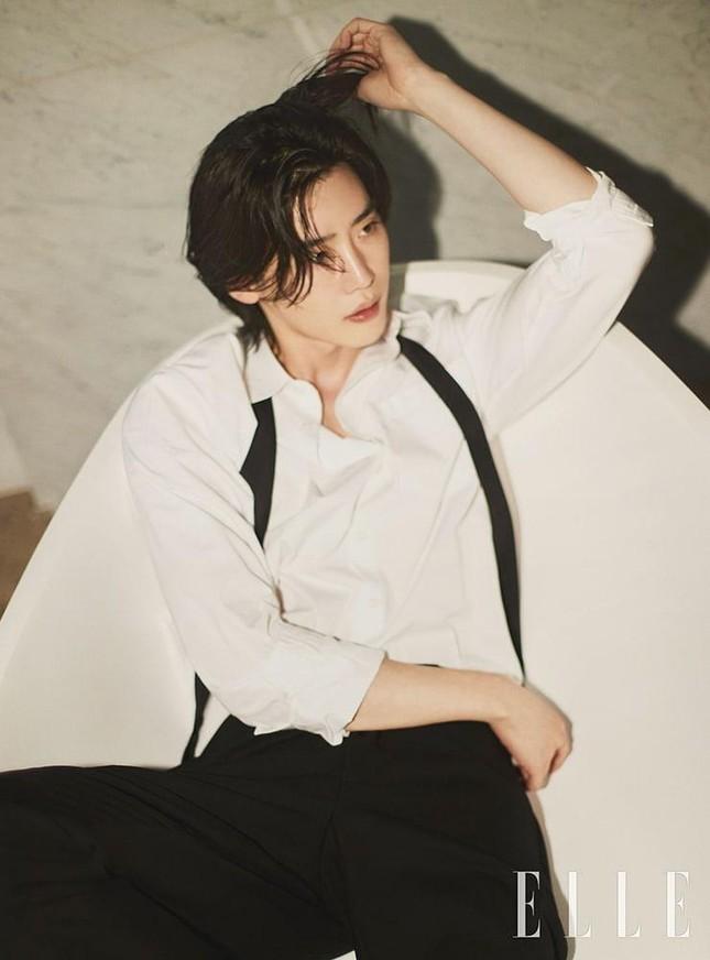 """Hậu xuất ngũ, Lee Jong Suk vào vai luật sư trong phim của đạo diễn """"Hotel Del Luna"""" ảnh 1"""