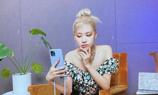 Rosé (BLACKPINK) bị netizen Hàn chỉ trích vì chụp hình với background quá nhạy cảm ảnh 2