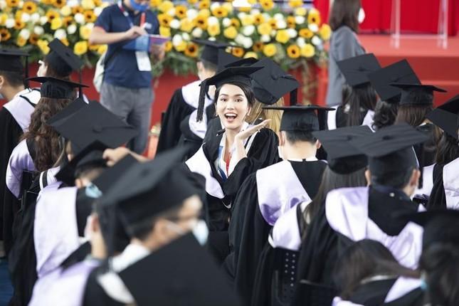 """Á hậu Phương Anh xứng danh """"con nhà người ta"""" với số điểm tốt nghiệp ĐH cao nhất ngành ảnh 2"""