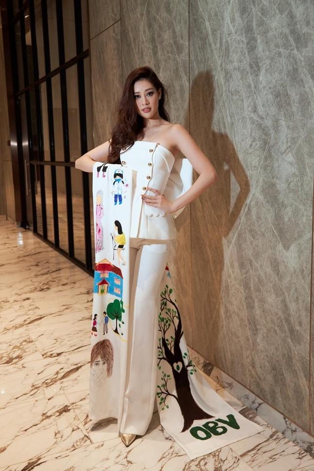 Ý nghĩa bộ vest Hoa hậu Khánh Vân mặc trong buổi phỏng vấn online với BTC Miss Universe ảnh 3