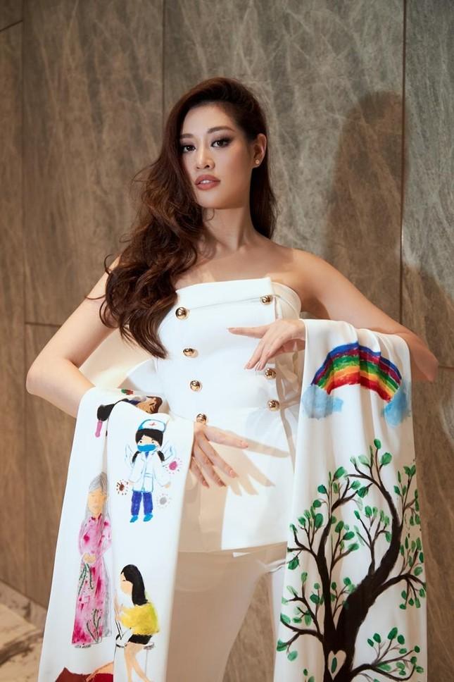 Ý nghĩa bộ vest Hoa hậu Khánh Vân mặc trong buổi phỏng vấn online với BTC Miss Universe ảnh 2