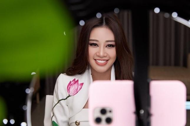 Ý nghĩa bộ vest Hoa hậu Khánh Vân mặc trong buổi phỏng vấn online với BTC Miss Universe ảnh 1