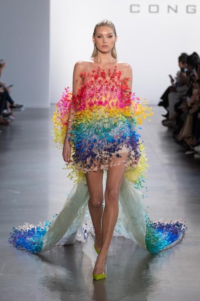 """Váy 7 sắc cầu vồng của Công Trí mà Rosé diện trong """"Gone"""" từng được mặc bởi toàn siêu mẫu ảnh 1"""