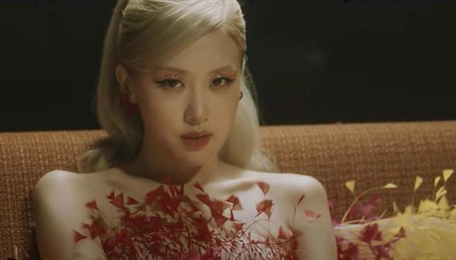 """Váy 7 sắc cầu vồng của Công Trí mà Rosé diện trong """"Gone"""" từng được mặc bởi toàn siêu mẫu ảnh 5"""