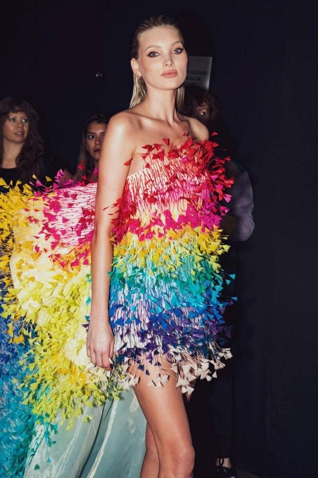 """Váy 7 sắc cầu vồng của Công Trí mà Rosé diện trong """"Gone"""" từng được mặc bởi toàn siêu mẫu ảnh 2"""