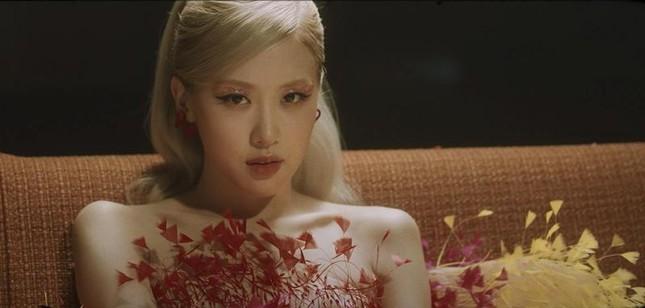 """Ngắm toàn cảnh thiết kế trị giá hơn nửa tỉ đồng của CONG TRI được Rosé mặc trong MV """"Gone"""" ảnh 1"""