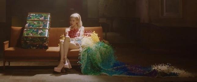 """Ngắm toàn cảnh thiết kế trị giá hơn nửa tỉ đồng của CONG TRI được Rosé mặc trong MV """"Gone"""" ảnh 2"""