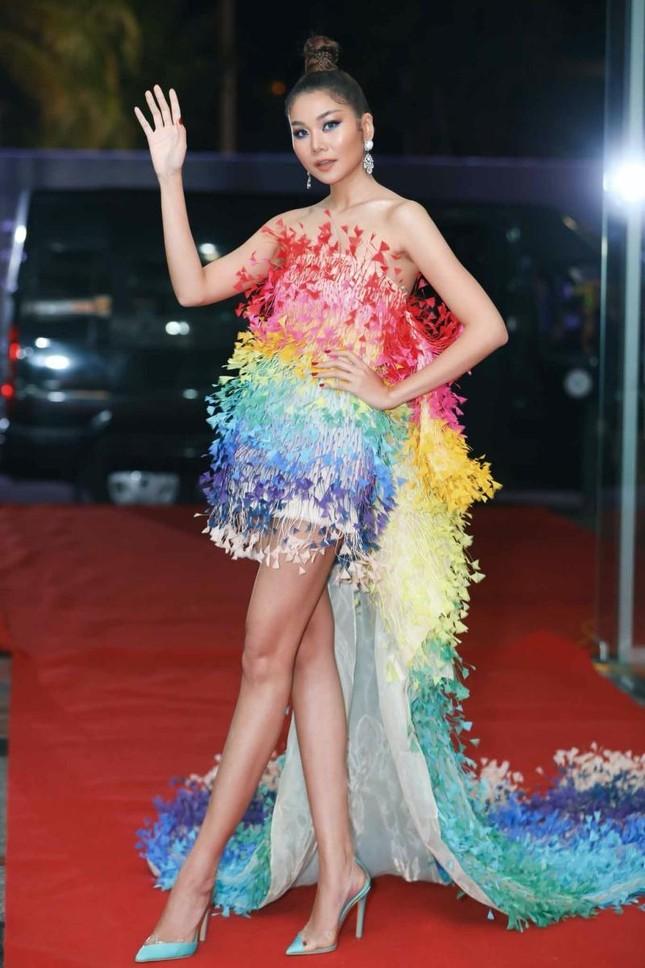 """Váy 7 sắc cầu vồng của Công Trí mà Rosé diện trong """"Gone"""" từng được mặc bởi toàn siêu mẫu ảnh 3"""