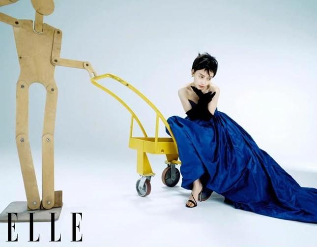 Angela Baby gây bất ngờ cực lớn khi xuất hiện trên bìa ELLE Trung với mái tóc tém lạ mắt ảnh 9