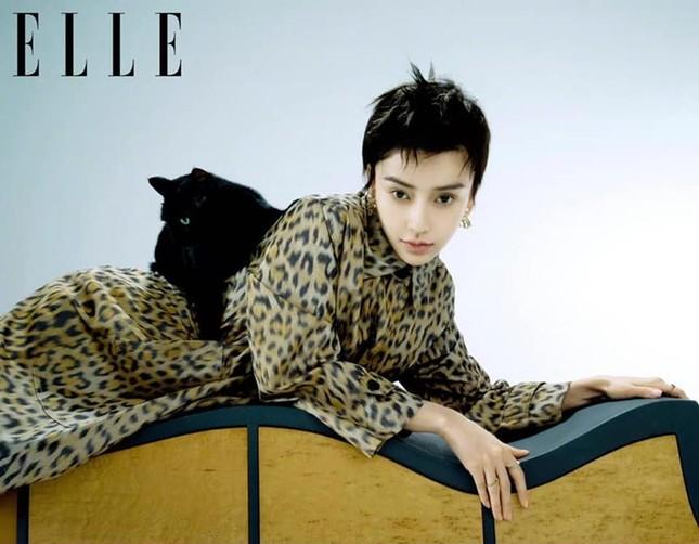 Angela Baby gây bất ngờ cực lớn khi xuất hiện trên bìa ELLE Trung với mái tóc tém lạ mắt ảnh 6