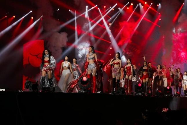 """Hoa hậu Tiểu Vy làm """"vedette"""" trong concert Rap Việt, khoe múi bụng cực choáng ảnh 6"""