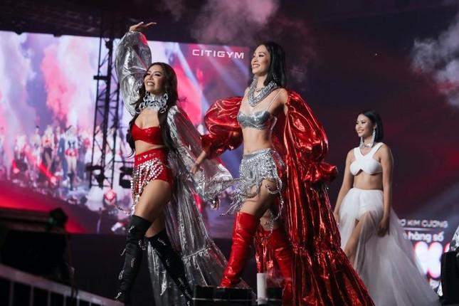 """Hoa hậu Tiểu Vy làm """"vedette"""" trong concert Rap Việt, khoe múi bụng cực choáng ảnh 2"""