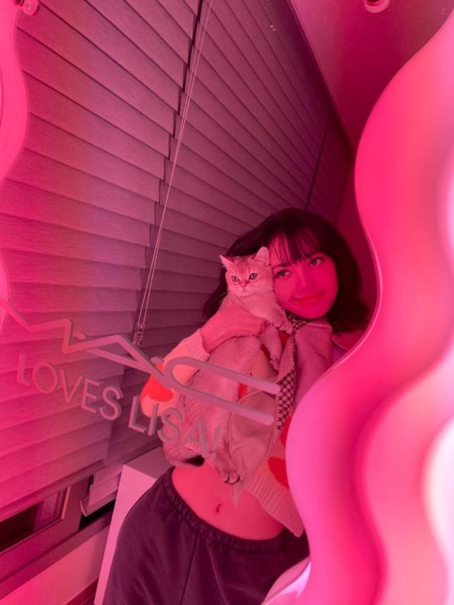 Đến lượt Lisa đăng ảnh selfie với chiếc gương đắt giá y chang Jisoo, hoá ra đây quà tặng ảnh 2