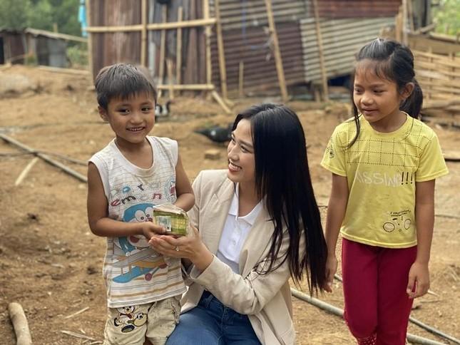 Hoa hậu Đỗ Thị Hà xinh đẹp giản dị đi khảo sát dự án nhân ái cho Miss World 2021 ảnh 2