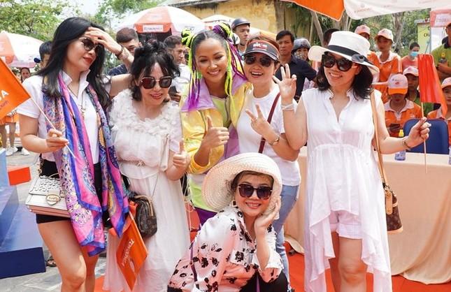 """Hoa hậu H'Hen Niê được khen """"đáng yêu như Natra thái tử"""" với tóc hai búi, diện đồ nổi bật ảnh 6"""