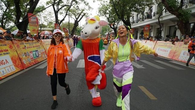 """Hoa hậu H'Hen Niê được khen """"đáng yêu như Natra thái tử"""" với tóc hai búi, diện đồ nổi bật ảnh 3"""