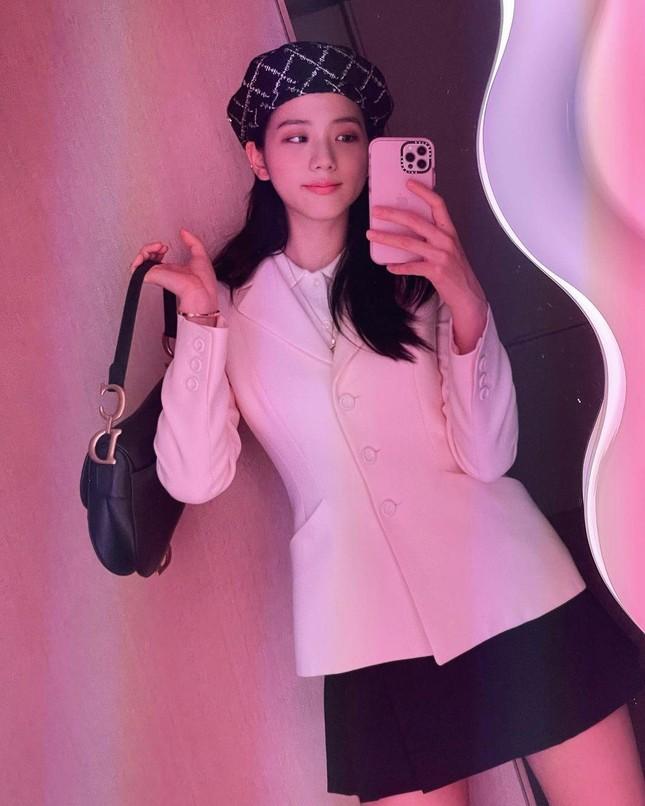 """Jisoo (BLACKPINK) đăng ảnh selfie, mặc đồ đơn giản nhưng đúng chuẩn """"đại sứ thương hiệu"""" ảnh 1"""