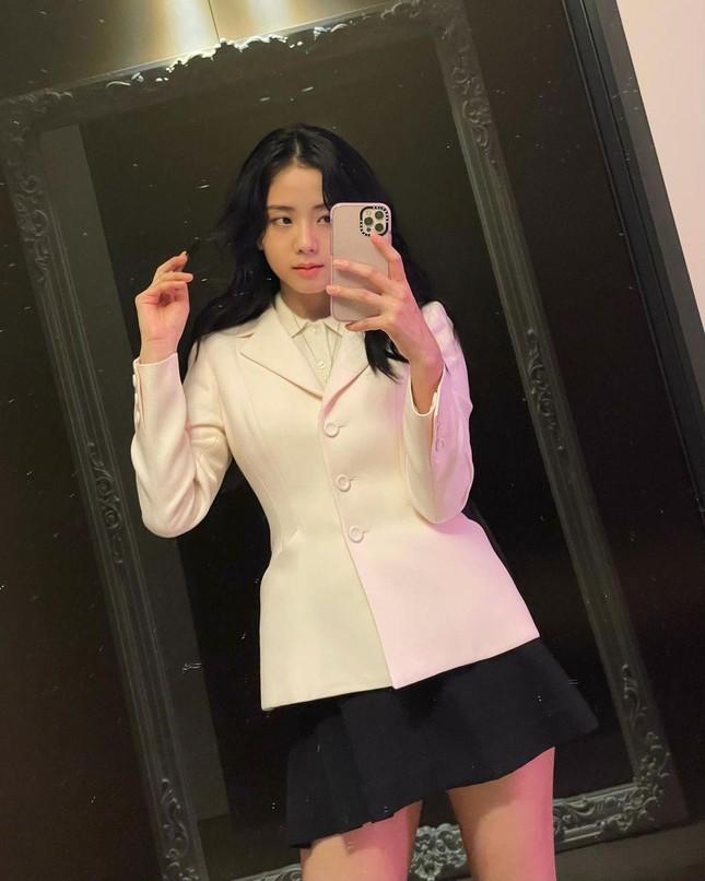 """Jisoo (BLACKPINK) đăng ảnh selfie, mặc đồ đơn giản nhưng đúng chuẩn """"đại sứ thương hiệu"""" ảnh 5"""