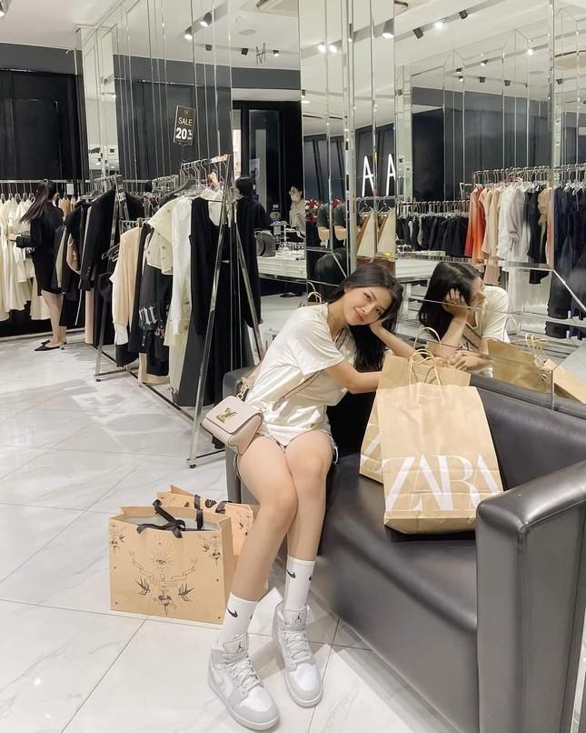 Ngắm nhan sắc và gu thời trang hút hồn của Khánh Vy, vợ mới cưới của Phan Mạnh Quỳnh ảnh 4