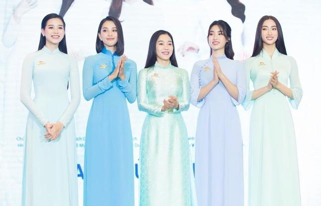 Hoa hậu Đỗ Thị Hà, Tiểu Vy cùng dàn hậu khoe sắc nền nã trong tà áo dài, nhận cương vị mới ảnh 1