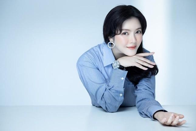 """Lý Nhã Kỳ tiết lộ mẹo diện trang phục """"hack"""" tuổi, netizen liên tưởng đến Song Hye Kyo ảnh 1"""