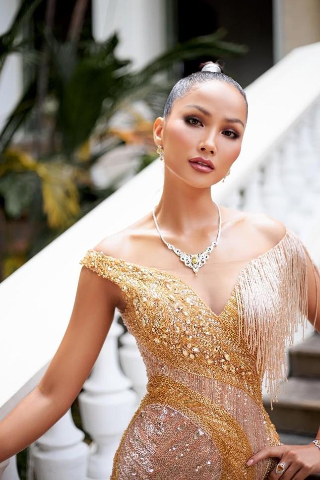 Hoa hậu H'Hen Niê khoe khả năng tự make-up, thần thái sắc sảo cùng thân hình đồng hồ cát ảnh 2