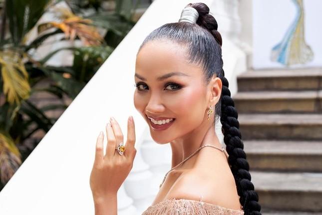 Hoa hậu H'Hen Niê khoe khả năng tự make-up, thần thái sắc sảo cùng thân hình đồng hồ cát ảnh 1