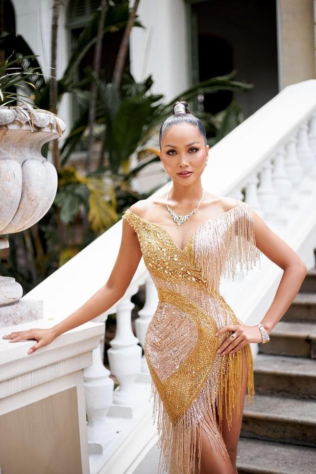 Hoa hậu H'Hen Niê khoe khả năng tự make-up, thần thái sắc sảo cùng thân hình đồng hồ cát ảnh 4