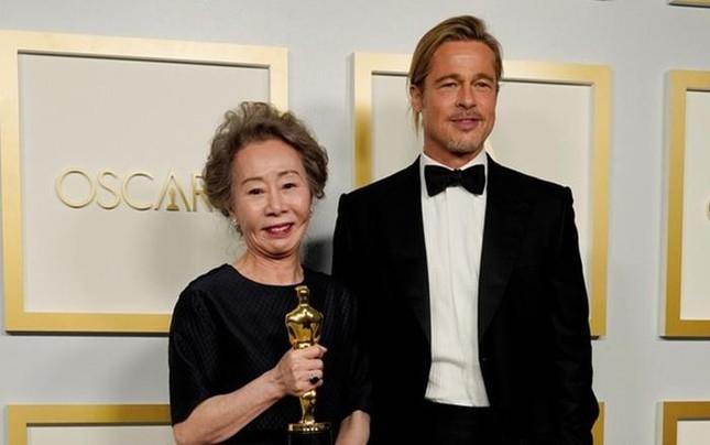 """Nữ diễn viên gạo cội người Hàn giành Oscar, lên nhận giải không quên """"tán tỉnh"""" Brad Pitt ảnh 1"""