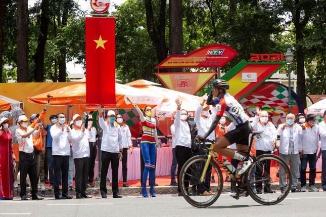 Hoa hậu H'Hen Niê đeo khẩu trang, diện jumpsuit khoe đường cong hoàn hảo cổ vũ thể thao ảnh 1